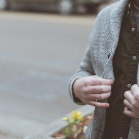 Ciepłe swetry męskie, bluzy i inne takie, czyli czego nie może zabraknąć w męskiej szafie?