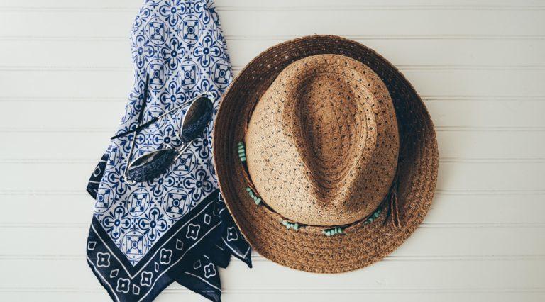 Słomkowy kapelusz czy czapka rybacka na lato?