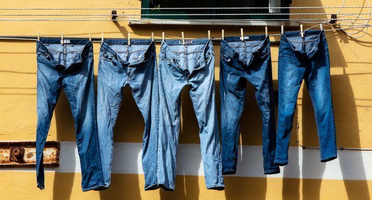 Kupuj jeansy marek, które nie wykorzystują lokalnych społeczności.