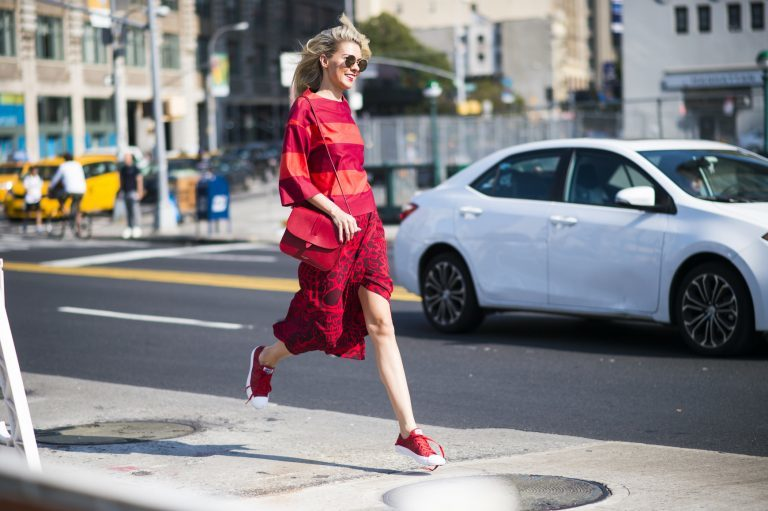 Sneakersy dla kobiet - 5 najlepszych modeli na jesień