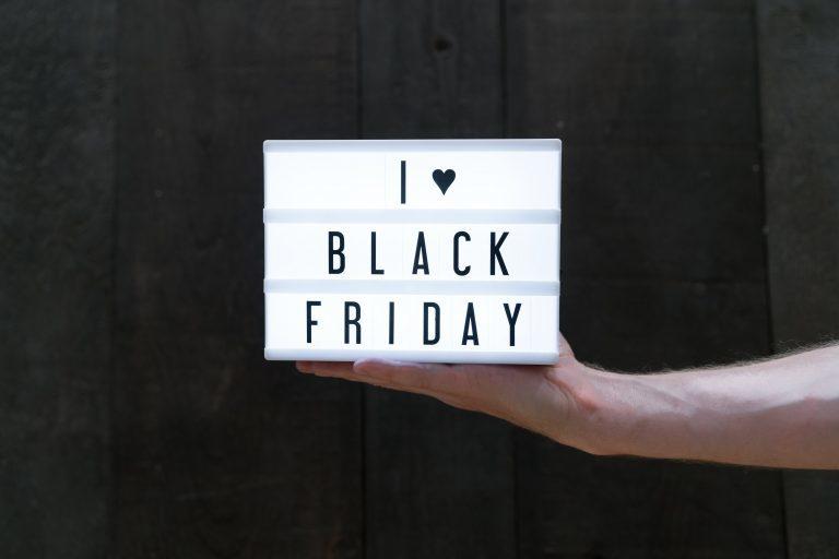 Szaleństwo wyprzedaży Black Friday - kupuj z głową