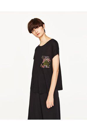 Kobieta T-shirty - Zara KOSZULKA Z KIESZENIĄ Z KWIATEM