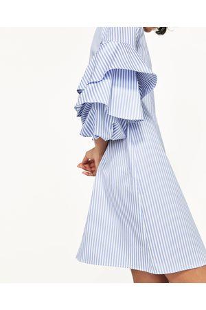 Kobieta Sukienki - Zara SUKIENKA W PASKI Z FALBANKAMI NA RĘKAWACH