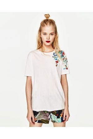 Kobieta T-shirty - Zara KOSZULKA Z HAFTEM NA RAMIENIU - Dostępny w innych kolorach