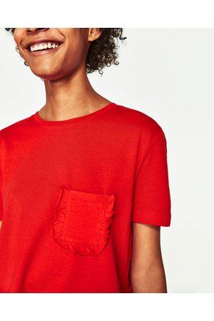 Kobieta T-shirty - Zara KOSZULKA Z KIESZENIĄ Z FALBANKĄ - Dostępny w innych kolorach