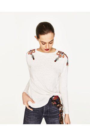 Kobieta T-shirty - Zara KOSZULKA Z HAFTEM NA RAMIONACH