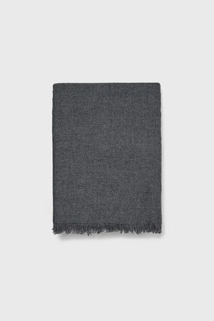 Zara Szalik z układającej się tkaniny
