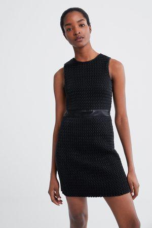 Zara Sukienka ze sztucznej skóry z teksturowanym wykończeniem