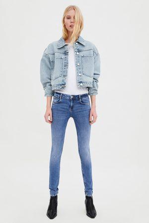 Zara Spodnie jeansowe ze średnim stanem typu sculpt z rozdarciami