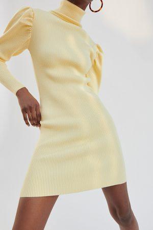 Zara Sukienka z dzianiny z bufiastym rękawem