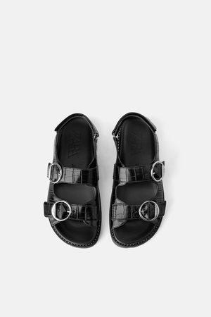 Zara Sandały na płaskiej podeszwie ze sprzączkami i tłoczeniem w zwierzęcy deseń