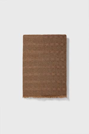 Zara Szal z tkaniny strukturalnej z kolekcji basic