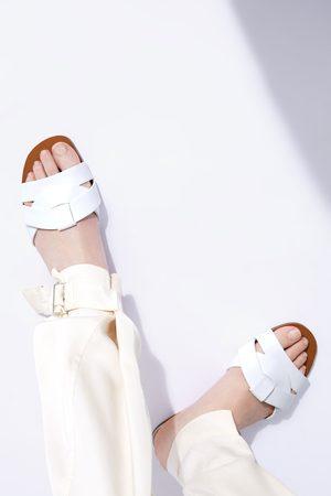 Zara Kobieta Na plaskiej podeszwie - Skórzane klapki na płaskiej podeszwie w zwierzęcy deseń