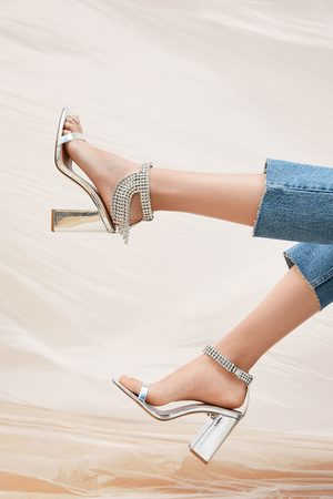Zara Metalizowane sandały na obcasie z biżuteryjnym zdobieniem