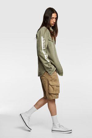 Zara Mężczyzna Kurtki jeansowe - Jeansowa kurtka koszulowa z napisami