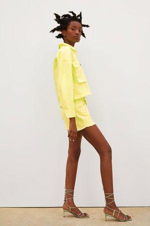 Zara Kobieta Bermudy - Spodenki jeansowe ze średnim stanem w jaskrawym kolorze