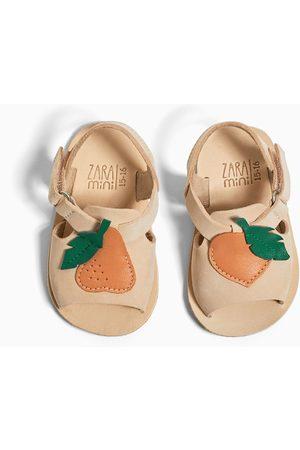 Zara Skórzane sandały z naszywką w kształcie owocu