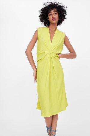 Zara Teksturowana sukienka z zakładkami