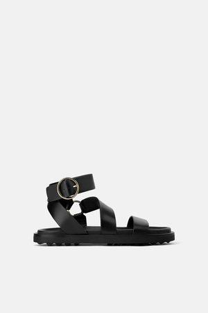 Zara Skórzane sandały na płaskiej podeszwie z okuciami