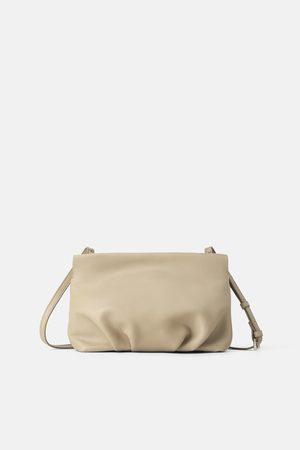 Zara Kobieta Listonoszka - Skórzana torebka listonoszka z marszczeniem