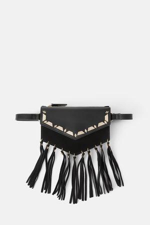Zara Skórzana torebka listonoszka typu nerka z frędzlami