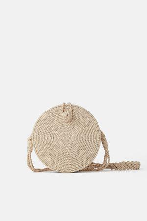 Zara Okrągła torebka listonoszka ze sznurkowej plecionki