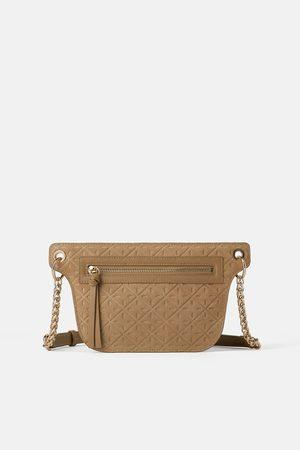 Zara Skórzana torebka listonoszka typu nerka z teksturowanym zdobieniem