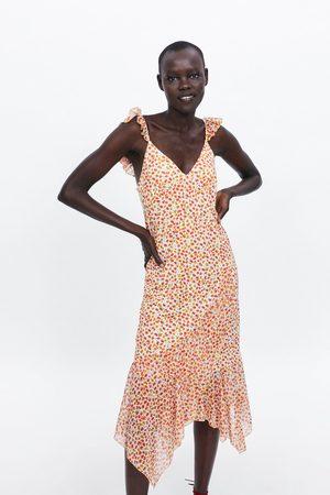 Zara Kobieta Sukienki z nadrukiem - Sukienka z falbankami i nadrukiem w kwiaty
