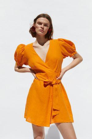 Zara Kobieta Sukienki - Lniana sukienka o kopertowym kroju