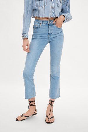 Zara Spodnie jeansowe ze średnim stanem o krótszym kroju i lekko rozszerzanymi nogawk
