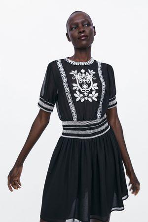 Zara Kobieta Sukienki - Sukienka z kontrastowym haftem