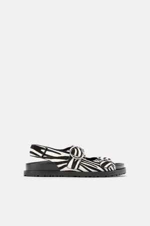 Zara Skórzane sandały ze sprzączkami na płaskiej podeszwie w zwierzęcy deseń