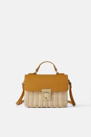 Zara Mini torebka listonoszka z plecionki z ozdobną klapą
