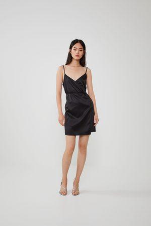 Zara Kopertowa sukienka z tkaniny satynowanej