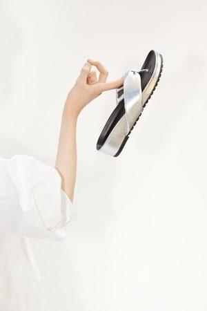 Zara Sandały na płaskiej podeszwie z metalizowanym wykończeniem