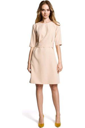 MOE Beżowa sukienka trapezowa przed kolano z paskiem