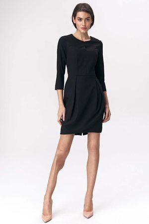 Nife Czarna dopasowana sukienka z założeniami na spódnicy