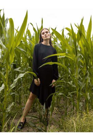 MOE Czarna rozkloszowana sukienka z asymetryczną falbaną