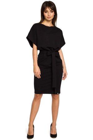 MOE Czarna sukienka przewiązana paskiem z nietoperzowym krótkim rękawem