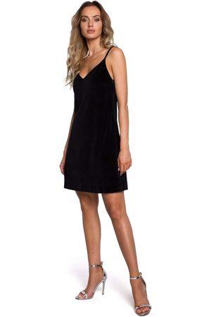 MOE Czarna welurowa sukienka trapezowa na cienkich ramiączkach