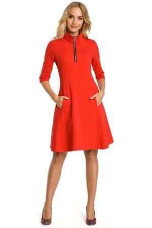 Moe Czerwona sukienka z półgolfem na suwak