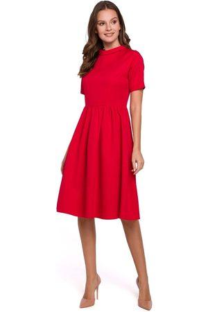 Makeover Czerwona rozkloszowana sukienka z wykładanym kołnierzykiem