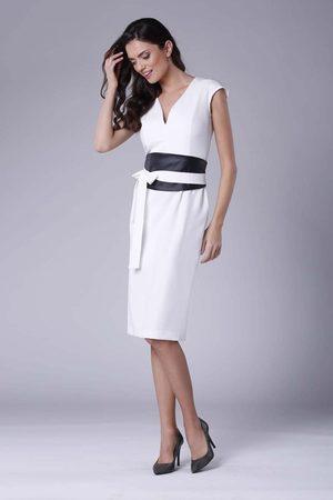 Nommo Ecru elegancka ołówkowa sukienka midi z zaznaczoną talią