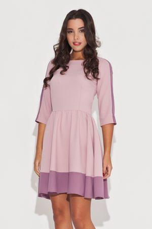 Katrus Elegancka różowa sukienka z rękawem 3/4 z kolorowymi lamówkami