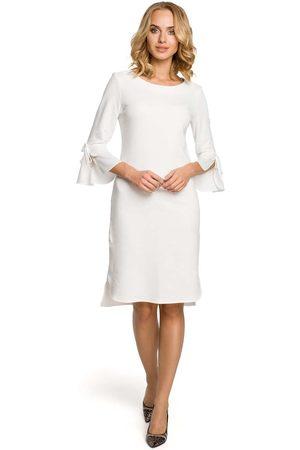 MOE Ecru sukienka prosta dzianinowa z białym mankietem