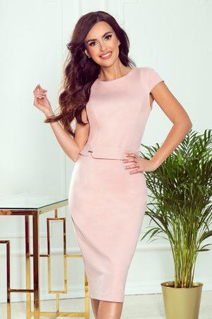 Numoco Elegancka ołówkowa sukienka z paskiem - pudrowa