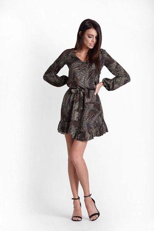 Ivon Khaki wzorzysta sukienka z falbankami przewiązana paskiem