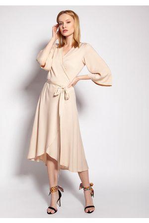 Lanti Kopertowa sukienka z rozkloszowanym rękawem - beżowa