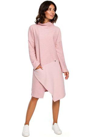 MOE Kobieta Sukienki asymetryczne - Pudrowa asymetryczna sukienka z golfem