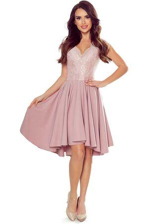Numoco Kobieta Sukienki asymetryczne - Pudrowa wieczorowa asymetryczna sukienka z koronką